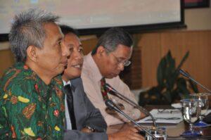 Prof Bambang Supriyono (tengah) bersama Hermono (kiri) dan Chaerul Saleh (kanan)
