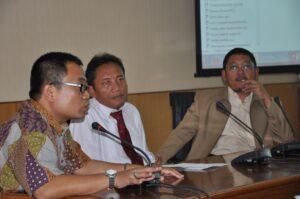 Muh. Aziz (FIA UI, kiri), Prof. Bambang Supriyono (tengah), M.R. Khairul Muluk (kanan)