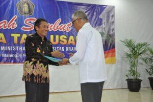 Dekan FIA Prof Bambang Supriyono menyerahkan tali asih kepada Herry Santoso (kanan)