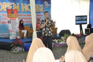 Aulia Luqman Aziz mempresentasikan prospek kuliah di FIA UB