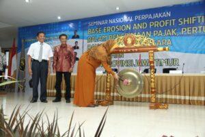 Inayati memukul gong tanda resmi berdirinya IFTAA Jawa Timur