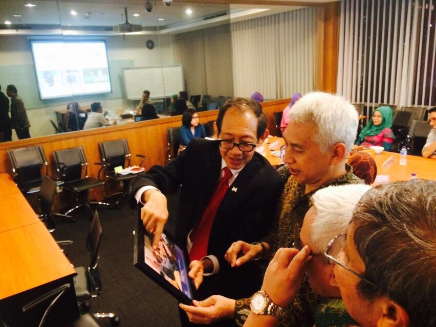 Hermawan Kartajaya menjelaskan aktivitas MarkPlus Inc kepada Rektor UB