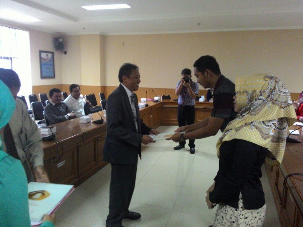 Rendra Eko WIsmanu menerima SK sebagai Sekprodi Administrasi Publik dari Dekan
