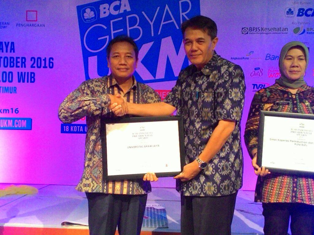 Dekan Prof Dr Bambang Supriyono MS menerima penghargaan dari Kemal Thalib, Kepala TVRI Jawa Timur