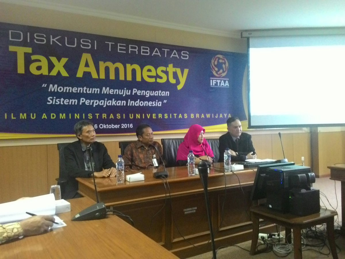 (Ki-ka) Kadarisman Hidayat (FIA UB), Prof. Bambang Supriyono (Dekan FIA UB), Prof. Haula Rosdiana (UI/Sekjen IFTAA), Rudy Gunawan Bastrai (Kakanwil DJP Jatim 3) Dalam Diskusi Tax Amnesty