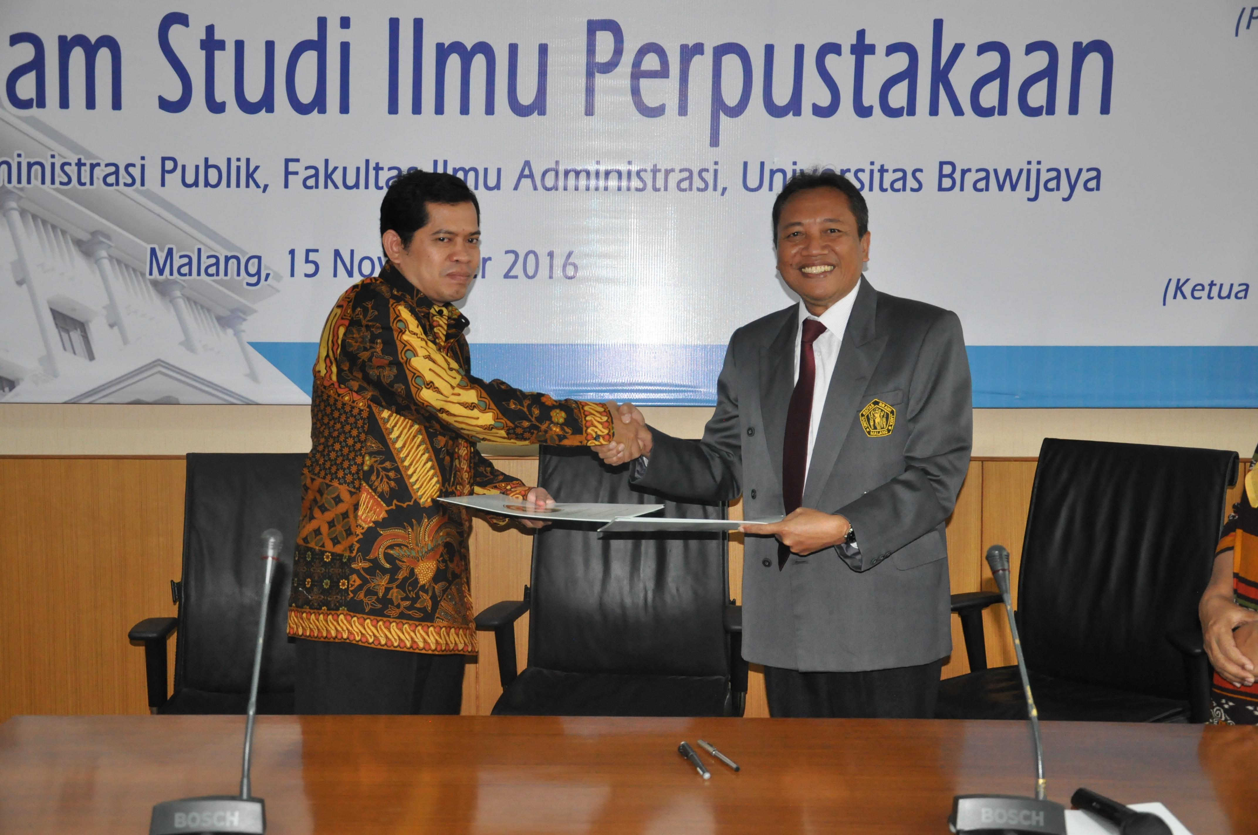 Dekan FIA UB Prof. Dr. Bambang Supriyono, MS Usai Menandatangani Nota Kesepahaman Dengan Farli Elnumeri, Ketua Umum Ikatan Sarjana Ilmu Perpustakaan Dan Informasi