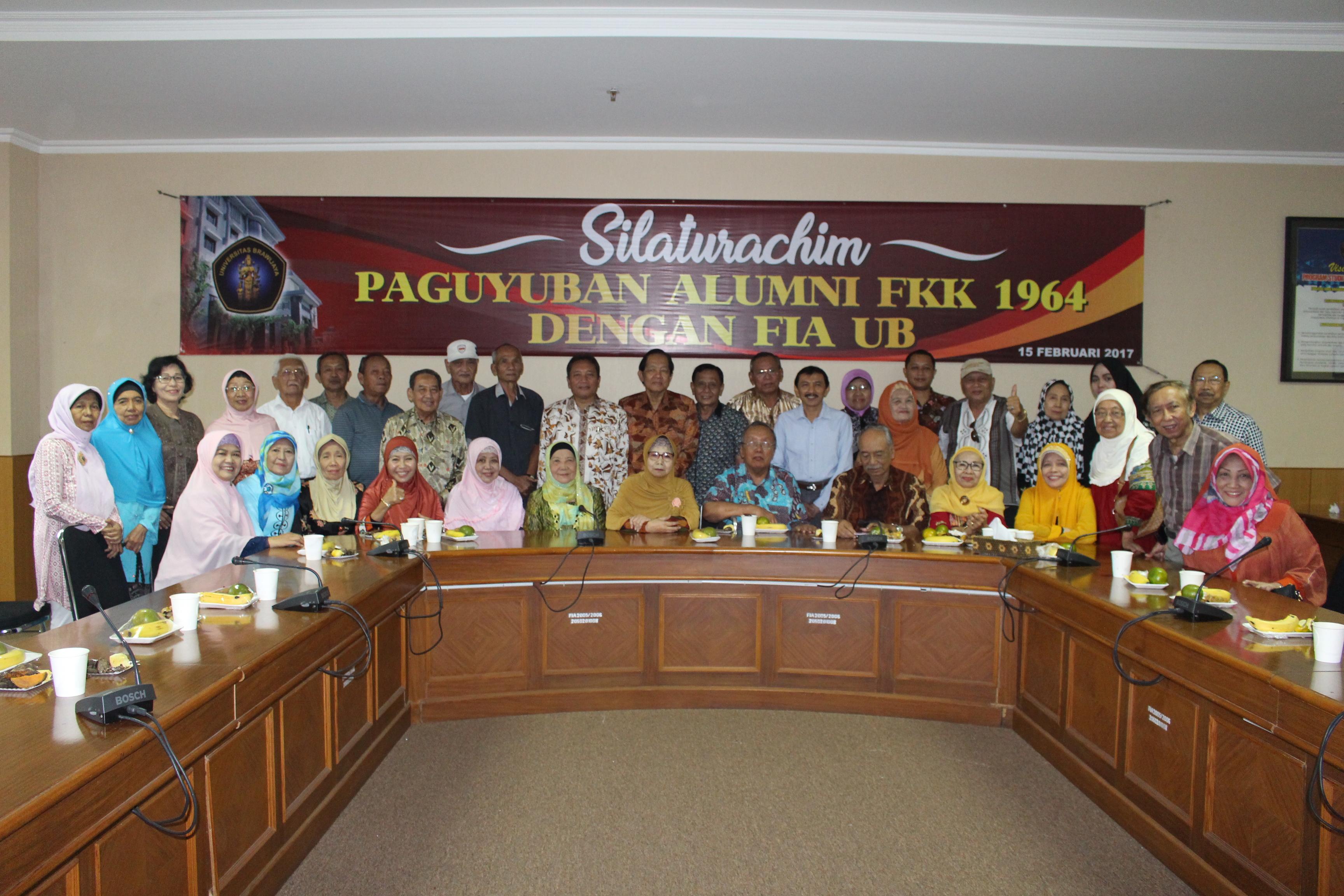 Peserta Reuni Dan Pimpinan Fakultas Berfoto Bersama