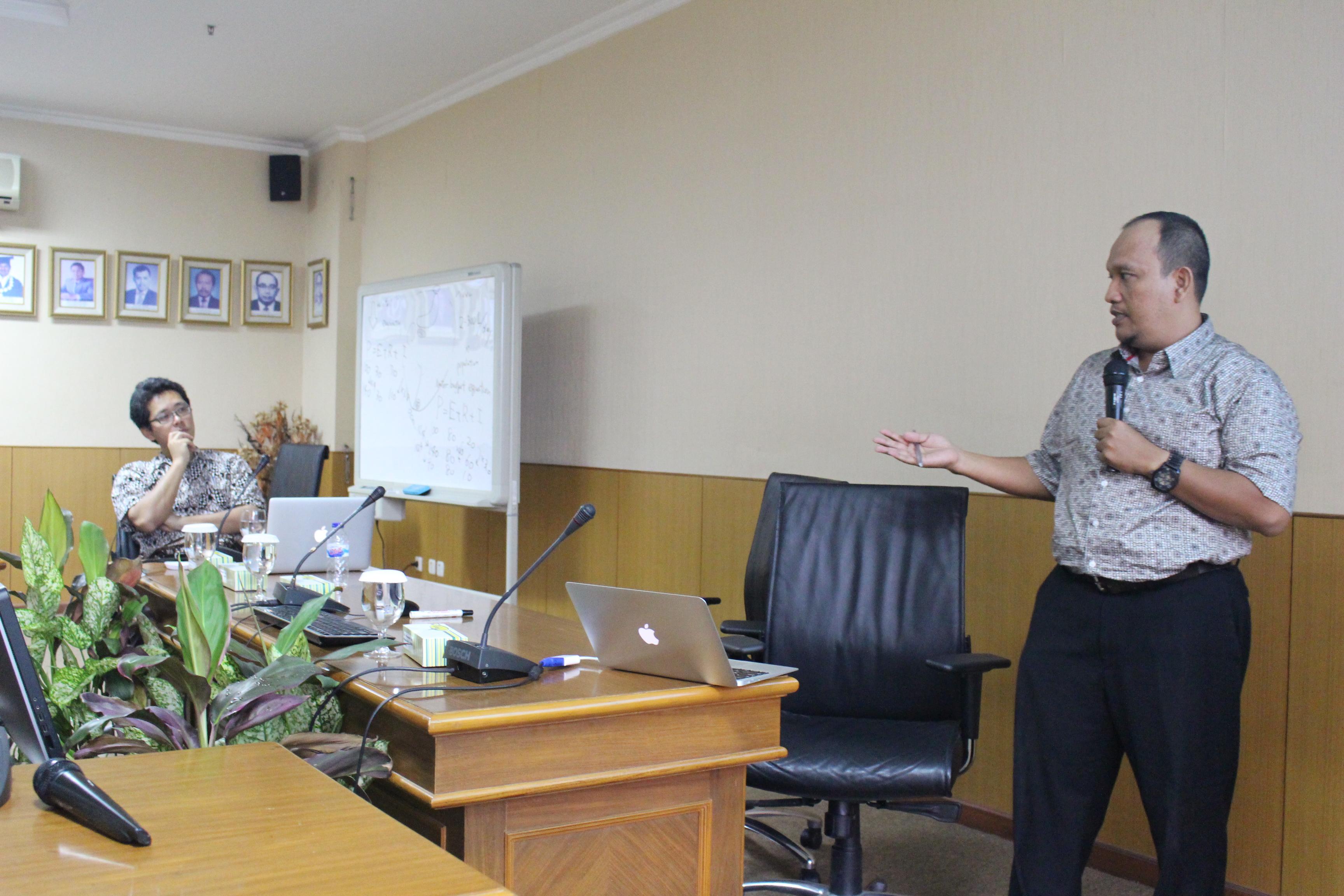 Daisuke Komori (kiri) Memberi Kesempatan Mahasiswa Bimbingannya Untuk Mempresentasikan Hasil Penelitiannya