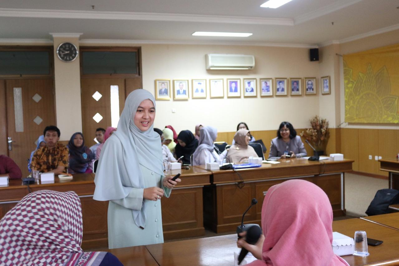 Salmi Mohd Isa (berdiri) Menyampaikan Materi Secara Interaktif