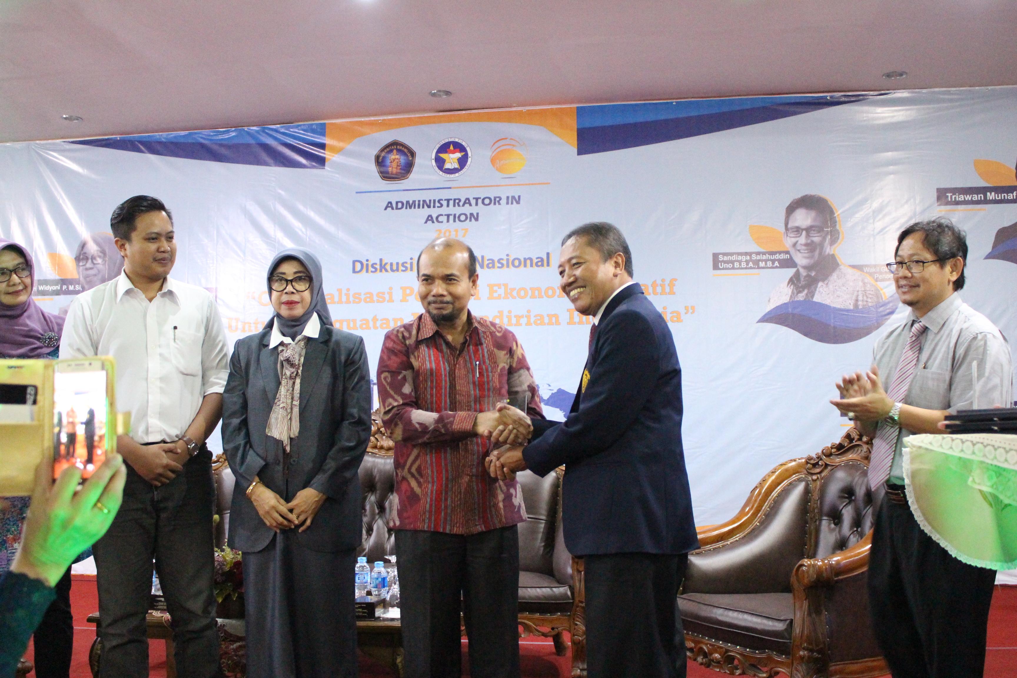 Dekan FIA UB Prof Dr Bambang Supriyono (dua Dari Kiri) Memberikan Cinderamata Untuk Andrinof Achir Chaniago