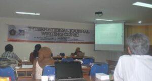 Pemateri, Dr. Rachma Fitriani, MSi memberikan memaparkan tips penulisan jurnal internasional FIA UB