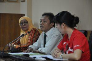 Dekan FIA UB, Prof. Dr. Bambang Supriyono, sedang memberikan sambutan didampingi Kajur Administrasi Bisnis, Prof. Dr. Endang Siti Astuti (kiri) dan Ms. Lynn Zhou (kanan) dari Singapore Polytechnic