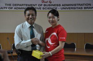 Ms. Lynn Zhou (Singapore Polytechnic) memberikan kenang-kenangan kepada Dekan FIA UB, Prof. Dr. Bambang Supriyono
