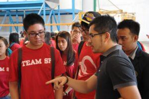 Pemilik CV. Unggul sedang menjelaskan proses kerja dalam usahanya kepada rombongan mahasiswa Singapore Polytechnic
