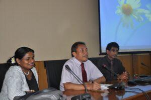 Prof. Bambang Supriyono membuka acara didampingi Ananda dan Helan
