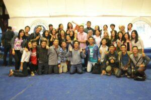 Tim PSM Administratio Choir berpose bersama setelah menerima trofi juara