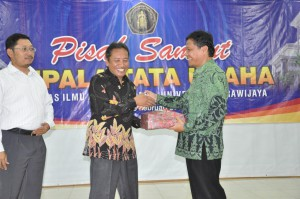Dekan FIA Prof. Bambang Supriyono (tengah) menyerahkan kenang-kenangan kepada Kabag TU lama Drs Lukisan Edi Kuncoro (kanan)