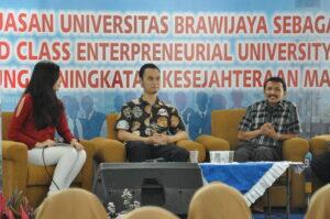 Heru Susilo (kanan) dan Aulia Luqman Aziz (tengah) menjawab pertanyaan audiens