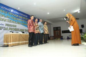 Inayati memimpin proses ikrar pengurus IFTAA Jawa Timur