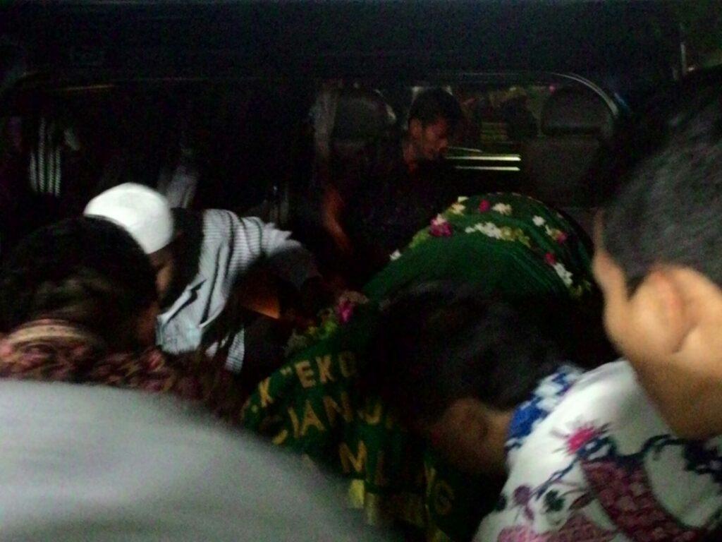 Jenazah almarhum diangkat ke dalam mobil ambulans untuk diberangkatkan ke pemakaman