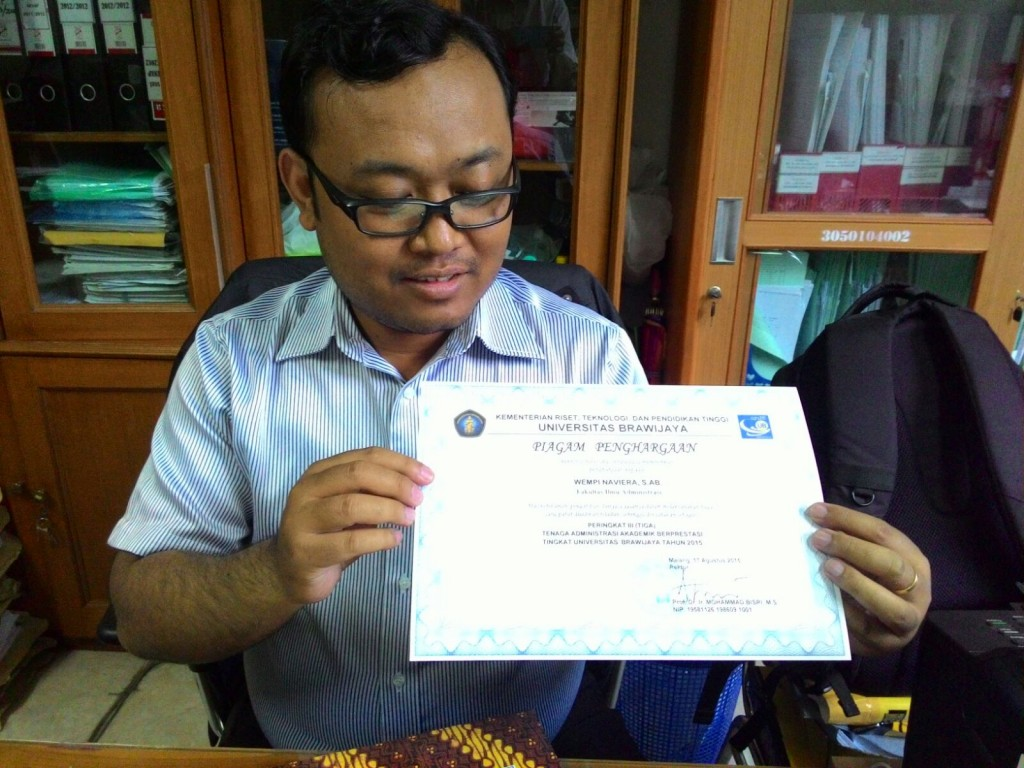 Wempy Naviera tunjukkan sertifikat penghargaannya