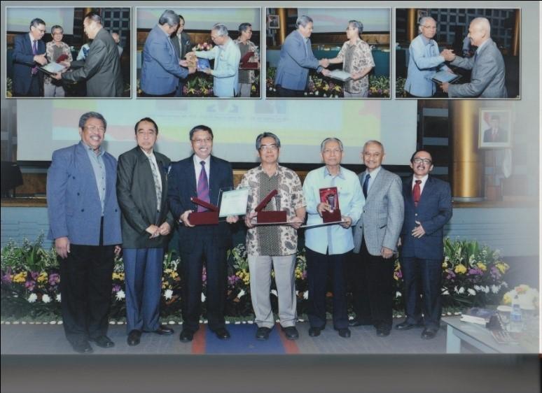 Prof Agus Suryono (tengah) berfoto bersama Pimpinan STIAMI