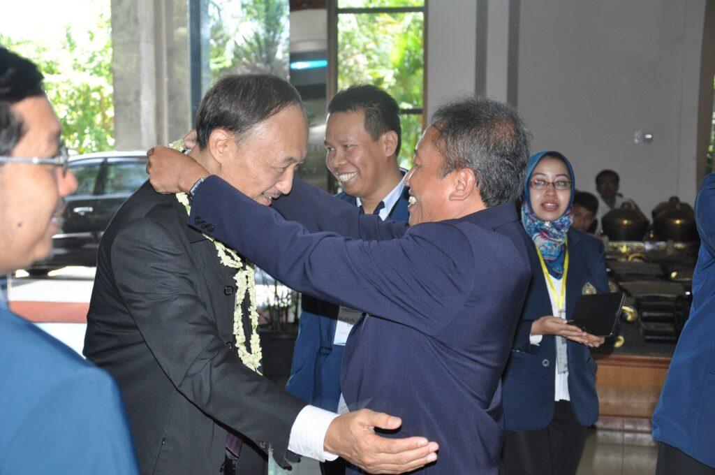 Assoc.Prof. Chavalit Wongse-ek disambut dengan kalungan bunga oleh Dekan