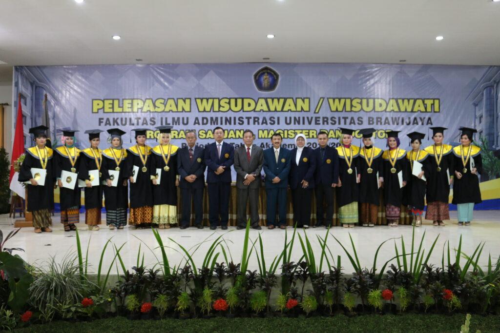 Pimpinan berfoto bersama dengan para peraih predikat Dengan Pujian