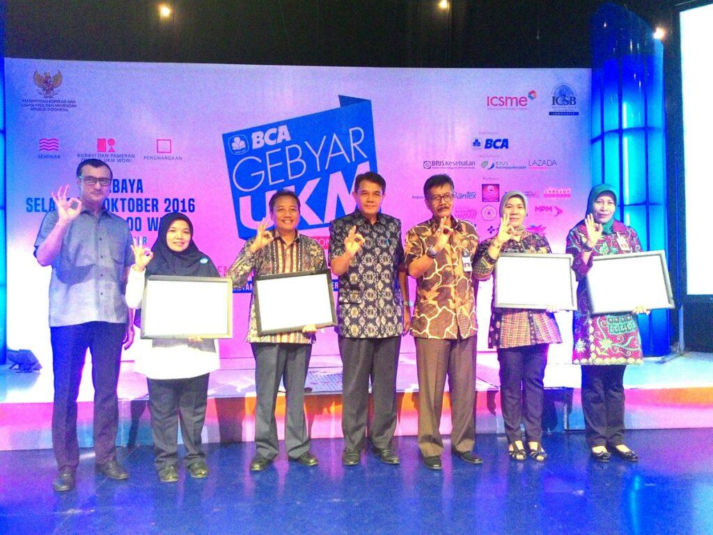 Dekan Prof Dr Bambang Supriyono, MS (ketiga dari kiri) bersama para penerima penghargaan lainnya