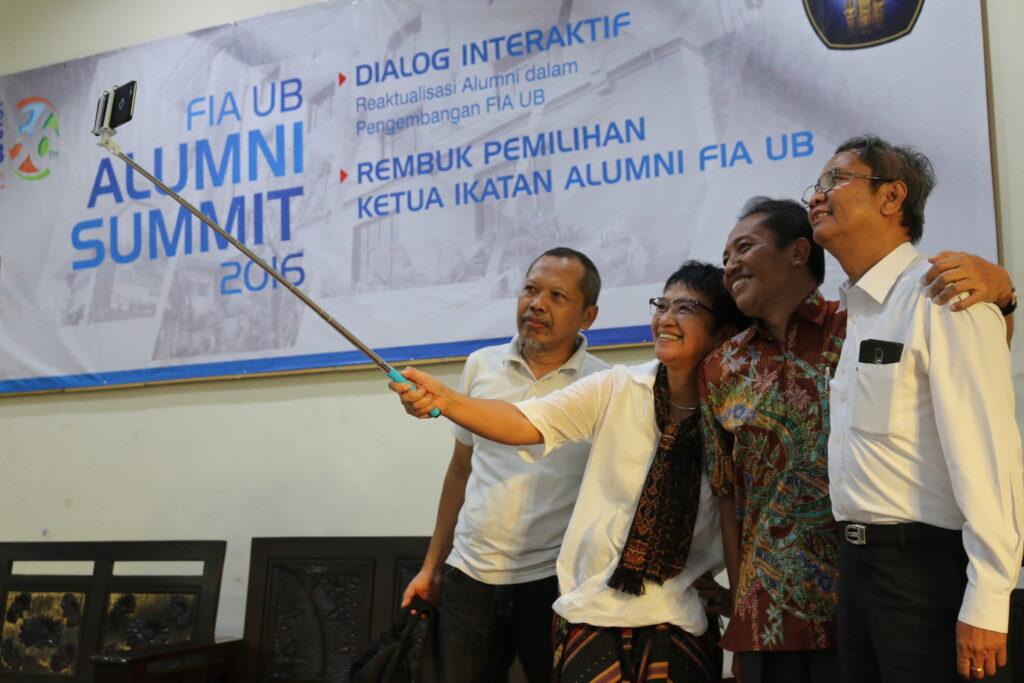 Sri Hartati a.k.a Dida (memegang tongsis) ber-wefie bersama Dr. Suryadi (kiri), Dekan Prof. Dr. Bambang Supriyono (kedua dari kanan), dan Dr. Kusdi Rahardjo (kanan)