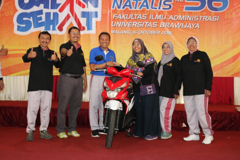 Hanifa Ramadhani (Dosen Jurusan Bisnis-tengah) menerima hadiah utama 1 unit sepeda motor