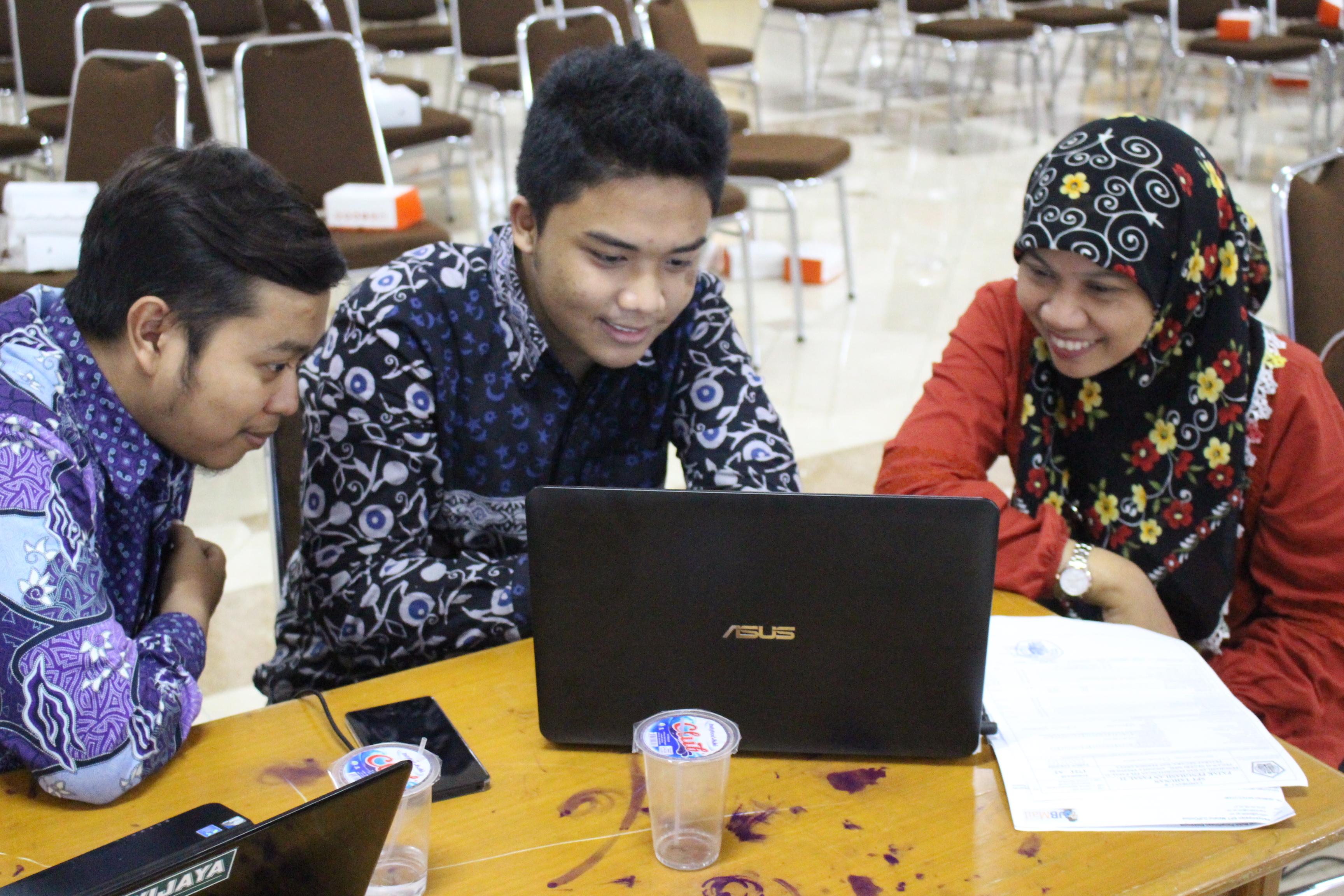 Hamidah Nayati Utami (kanan), Dosen FIA UB, Sedang Mendapatkan Pendampingan Dari Tax Center FIA UB Untuk Mengisi SPT Online