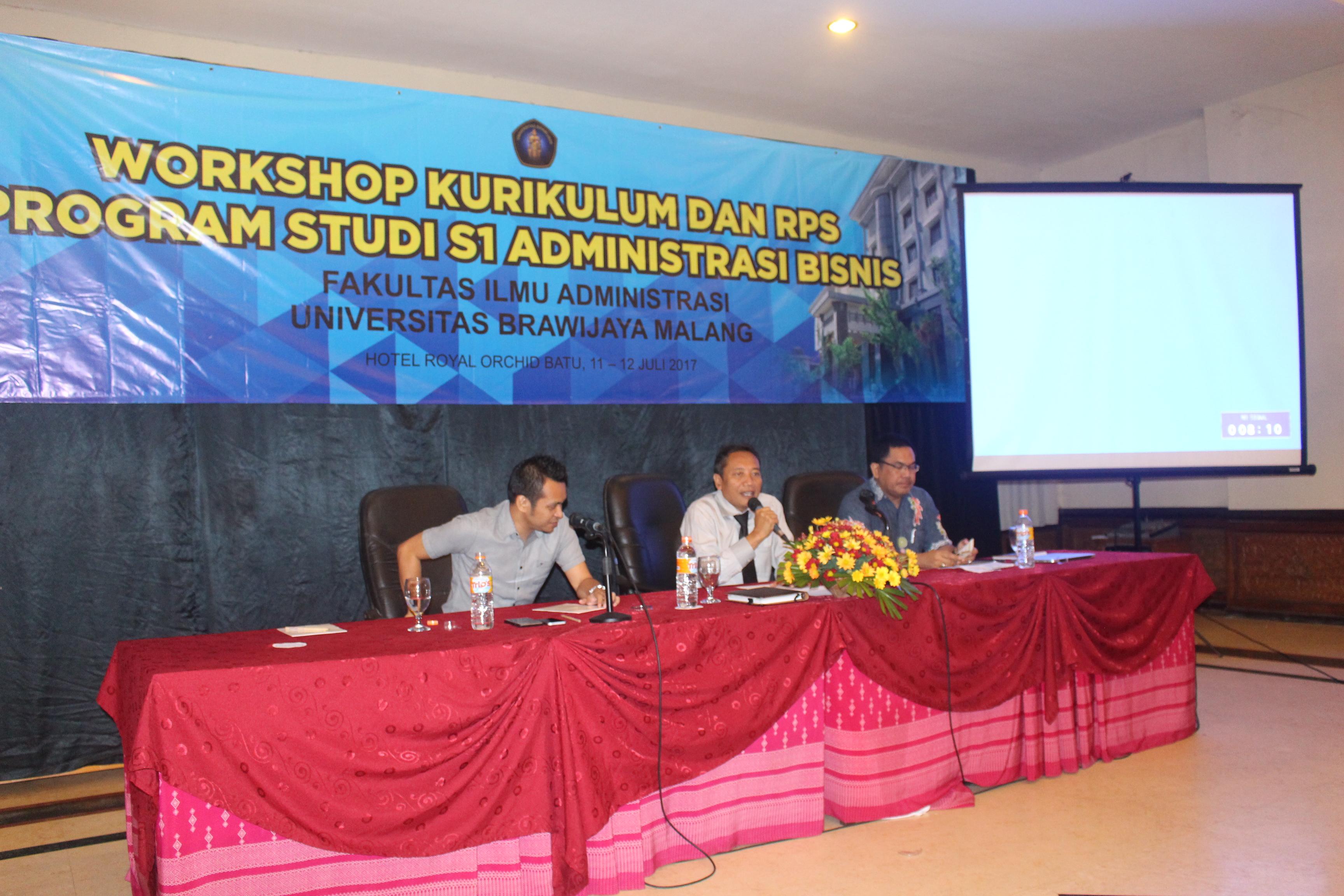 Prof Dr Bambang Supriyono (tengah) Memberikan Sambutan Pembuka