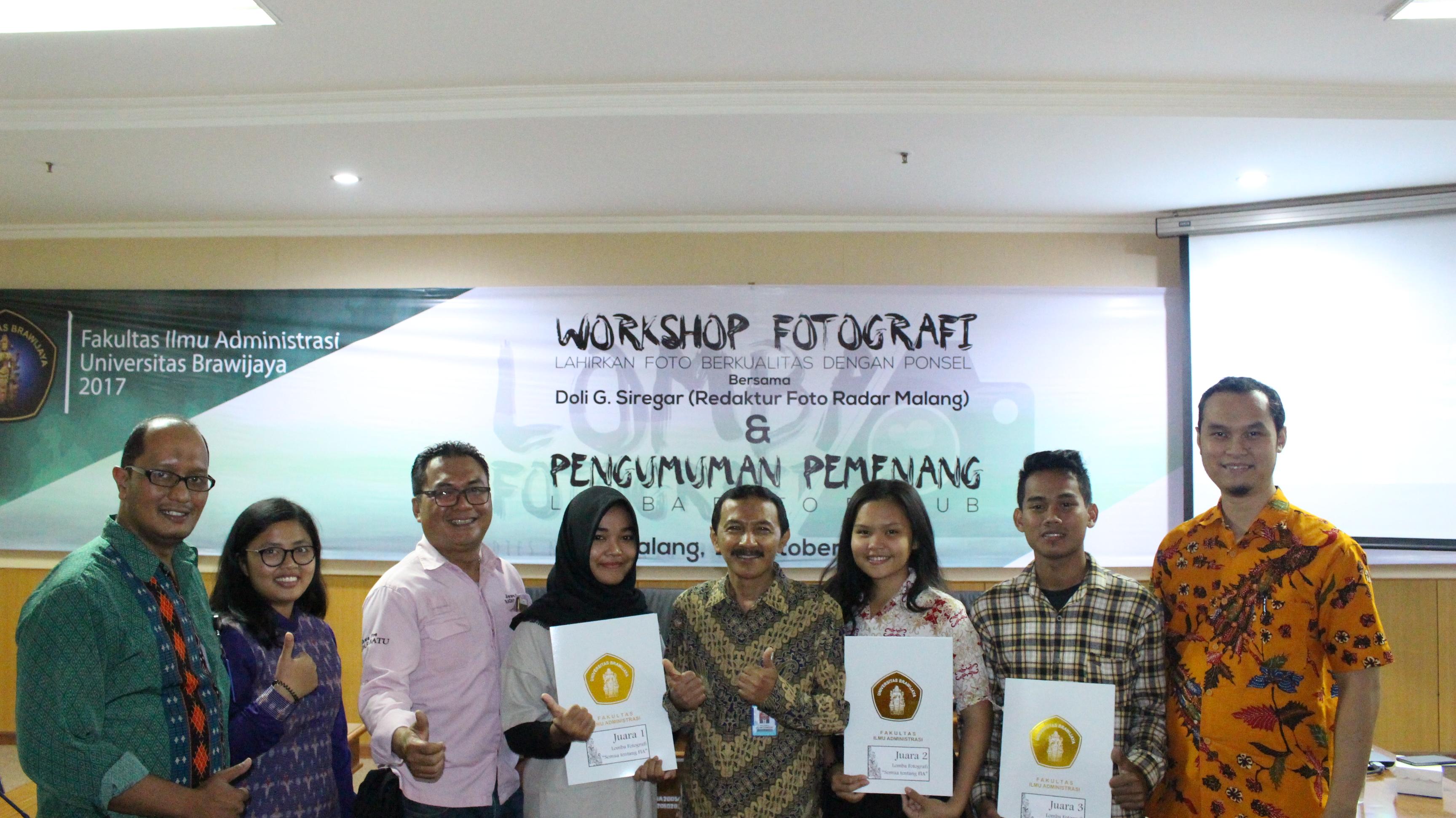 Para Pemenang Lomba Fotografi Bersama Wakil Dekan II Drs Heru Susilo MA (tengah)